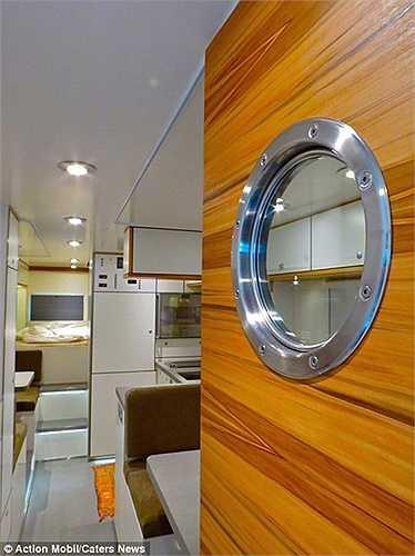 Trang bị gồm có máy giặt, TV kết nối vệ tinh, bếp và tủ lạnh.