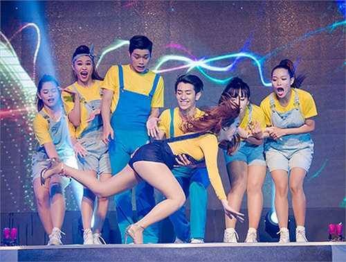 Trước đó không lâu, Minh Hằng cũng vướng màn 'vồ ếch' khi đang nhảy cực sung trên đôi giày cao gót. Vào khoảnh khắc Minh Hằng té ngã, toàn bộ vũ công và khán giả bên dưới đều vô cùng hốt hoảng.