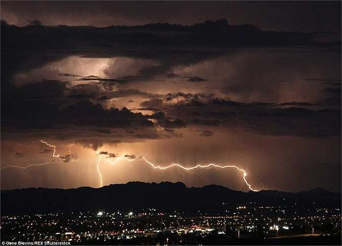 Tia chớp được chụp đánh ngang bầu trời thung lũng Antelope, phía bắc Los Angeles vào đêm thứ năm.