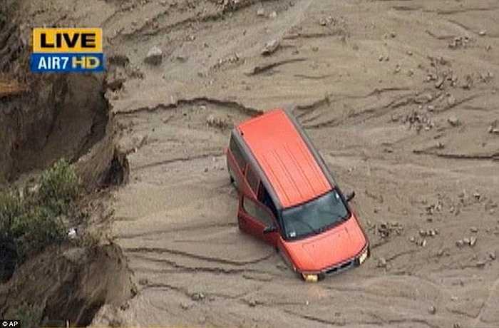 Nhiều ô tô bị mắc kẹt trong đống bùn đất của cơn lũ. Các mảnh vỡ, đá và gỗ ở khắp nơi. Mực nước và bùn ở nhiều nơi lên cao tới 1,5 mét. Tốc độ gió 100km/h