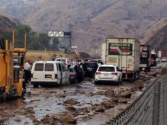 Mưa lũ dữ dội đổ bộ Fort Tejon, cách thành phố Los Angeles hơn 100km về phía bắc, gây ra tắc nghẽn trên tuyến đường cao tốc bên ngoài thành phố.