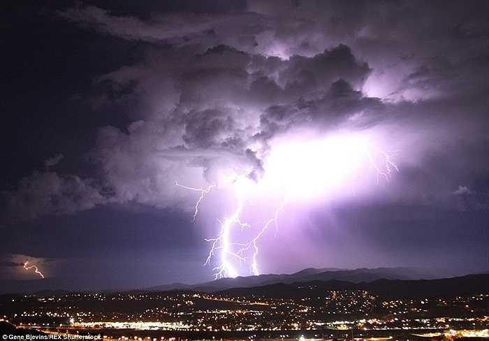 Sấm sét liên tục trên bầu trời Santa Clarita trong đêm thứ tư, nguyên nhân là do dãy áp thấp ở khu vực này.
