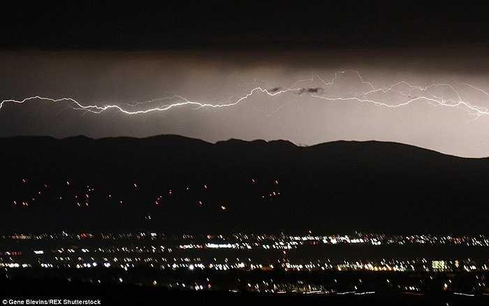 Tia chớp dài gần như đánh ngang qua Antelope Valley vào đêm thứ năm.