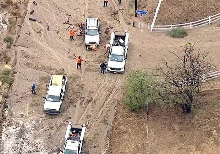 Lính cứu hỏa giải cứu người gặp nạn mắc kẹt trong đống bùn lầy.