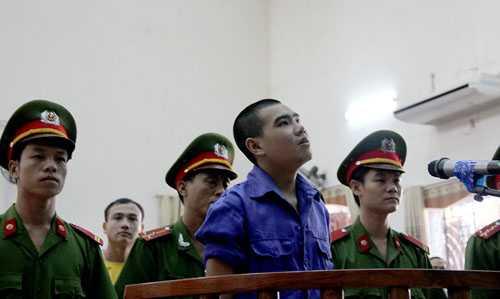 Vi Văn Hai lúc nghe HĐXX tuyên án trong phiên sơ thẩm. Ảnh: Hải Bình.