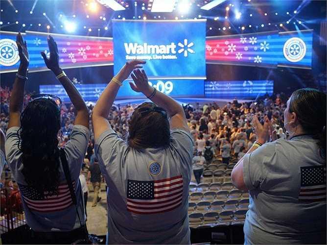 Walmart. Doanh thu 2014: 485 tỷ USD, quy mô: 2,2 triệu nhân công. Con số 2,2 triệu nhân công của Walmart là khủng khiếp nhưng họ vẫn hoạt động cực tốt trong thời gian và mang lại những bước phát triển ấn tượng