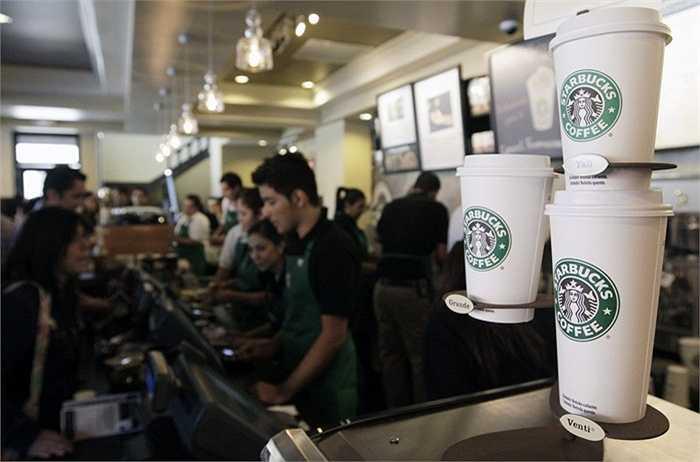Starbucks. Doanh thu 2014: 16,4 tỷ USD, quy mô: 191.000 nhân công. Theo Fortunes, Starbucks là nhãn hàng được ưa chuộng thứ 5 trên thế giới. Bắt đầu chỉ là một cửa hàng nhỏ và kém tên tuổi, đến nay, mọi người đều biết về 'nàng tiên cá' sang chảnh của làng cafe thế giới