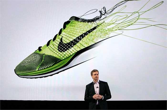 Nike. Doanh thu 2014: 27,7 tỷ USD, quy mô: 56.000 nhân công. Chỉ có Adidas là đối thủ có thể cạnh tranh với sự lớn mạnh của NIke trong thời gian qua. Những fan bóng đá thế giới có lẽ biết rõ nhất về các sản phẩm của Nike và thật khó để chối từ một sản phẩm của Nike khi có nhu cầu chọn đồ thể thao