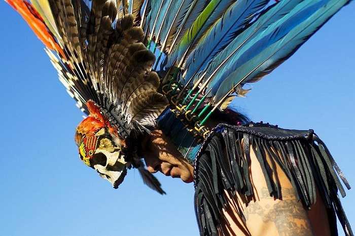 Một người tham gia chuẩn bị biểu diễn vũ điệu 'pow-wow' trong Ngày hội những Dân tộc Bản địa ở Đảo Randalls, New York ngày 11/10