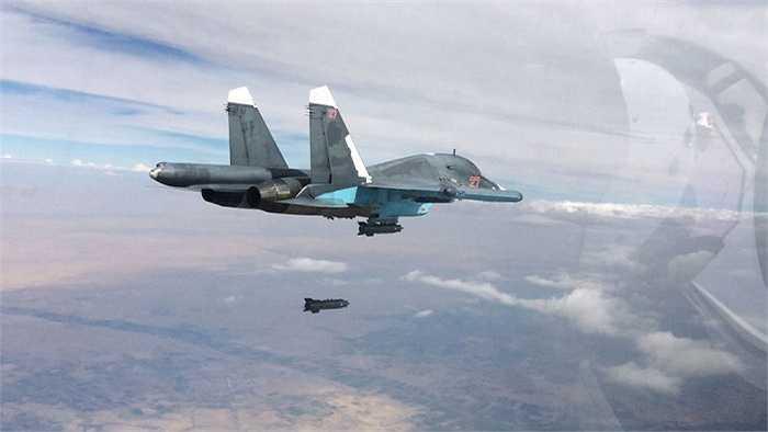 Máy bay ném bom Su-34 của Nga tham gia không kích IS ở tỉnh Raqqa và Aleppo, Syria. Tuần vừa qua, Nga tiếp tục chiến dịch không kích phá hủy nhiều căn cứ, trung tâm chỉ huy, kho chứa vũ khí của IS