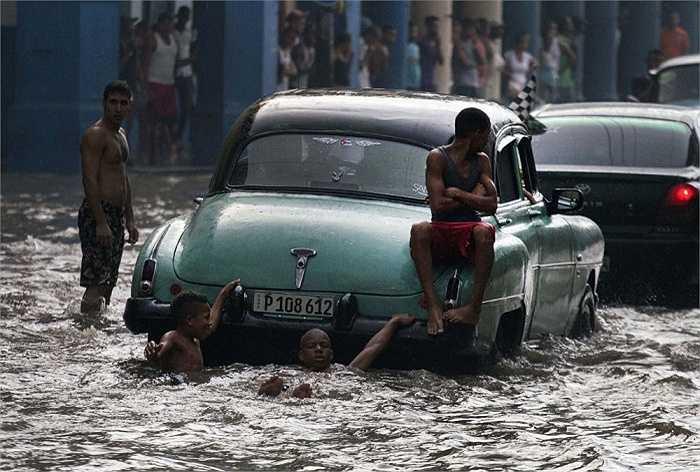 Cảnh đường phố ngập lụt ở thủ đô Havana, Cuba ngày 14/10