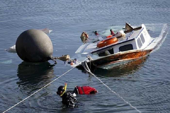 Lực lượng cứu hộ Hy Lạp vớt thi thể một em bé tỵ nạn thiệt mạng trong vụ chìm thuyền ngày 15/10