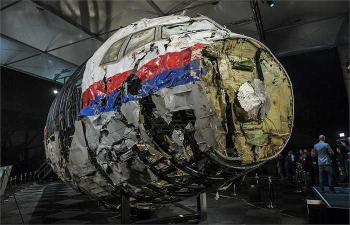 Các mảnh vỡ của chiếc máy bay MH17 thuộc hãng hàng không Malaysia Airlines gặp nạn hồi tháng 7/2014. Ngày 13/10, các nhà điều tra kết luận MH17 bị bắn hạ bằng tên lửa Buk nhưng không kết luận bên nào bắn hạ