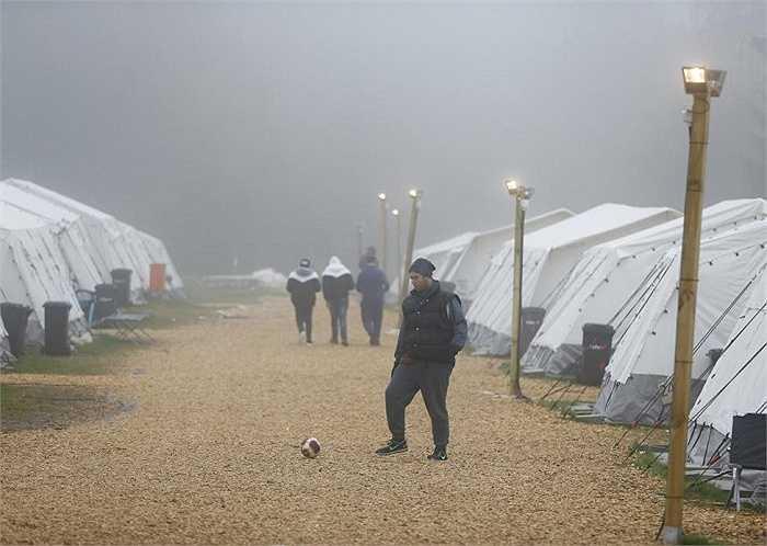 Một người di cư chơi bóng tại trung tâm đăng ký tạm trú ở làng Schwarzenborn, phía đông bắc thanh phố Frankfurt, Đức