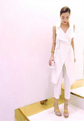 Hồ Ngọc Hà thanh lịch và sành điệu với trang phục trắng phối cùng túi xách Chanel. Nếu ngày xưa, bà mẹ một con thường xuyên lăng xê hàng hiệu bình dân thì bây giờ cô có sự chuyển mình đáng kể khi toàn sử dụng thiết kế đến từ các thương hiệu đắt tiền