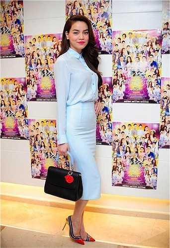 Kể từ sau khi Hồ Ngọc Hà nâng tầm trang phục cả về thương hiệu lẫn giá tiền, cô cũng dính vào tin đồn cặp kè với đại gia có vợ. Trong ảnh là Hồ Ngọc Hà và chiếc túi Dior thanh lịch có giá khoảng 100 triệu đồng.