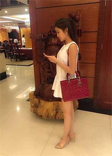 Không thua kém các sao Việt khác khi sở hữu chiếc túi Lady Dior