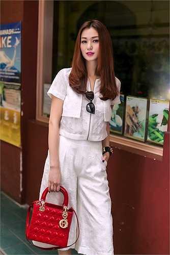 Lady Dior có giá khoảng 80 -  hơn 100 triệu đồng tùy kích thước là chiếc túi được nhiều sao Việt ưa thích. Trong ảnh là chân dài Khánh My