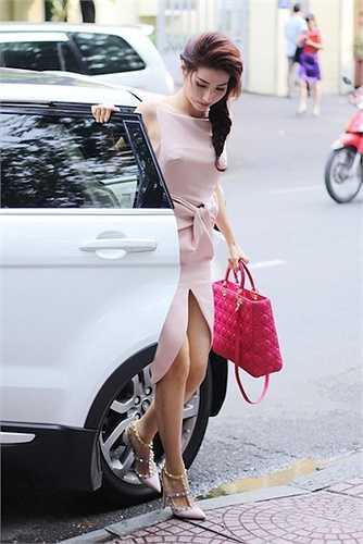 Diễm My 9X xinh đẹp và đẳng cấp với túi xách Dior giá hơn trên dưới 100 triệu tùy thuộc kích cỡ và guốc của Valentino
