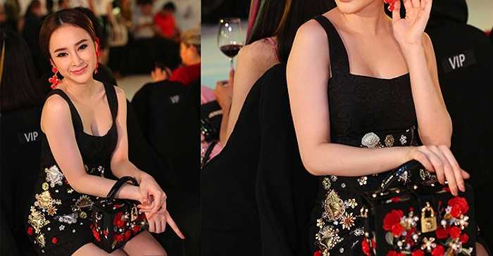 Angela Phương Trinh gây chú ý trong một sự kiện khi xuất hiện với chiếc túi hộp đính hoa hồng 3D nằm trong bộ sưu tập Xuân Hè 2015 của thương hiệu Dolce & Gabbana. Chúng có giá khoảng 5.000 USD (hơn 110 triệu đồng)