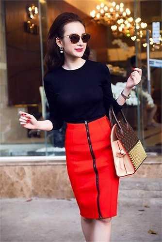 Angela Phương Trinh và chiếc túi thương hiệu Louis Vuitton đình đám có giá khoảng 8.000 đô la Mỹ (hơn 170 triệu đồng)