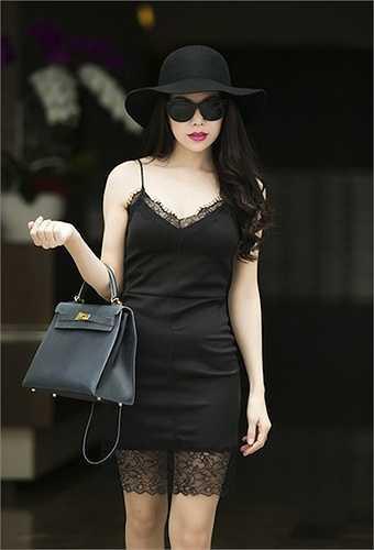 Tại showbiz Việt, Trà Ngọc Hằng nổi tiếng là một cô gái chịu chơi và chịu chi khi vung tay mua sắm rất nhiều hàng hiệu. Trong ảnh, chân dài sử dụng chiếc túi Hermes Kelly tông xuyệt tông với trang phục
