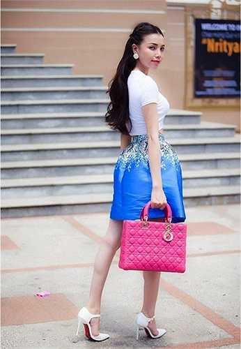 Cô nàng lại tiếp tục thể hiện đẳng cấp khi xuống phố với túi xách thương hiệu Dior  (Nguồn: Dân Việt)
