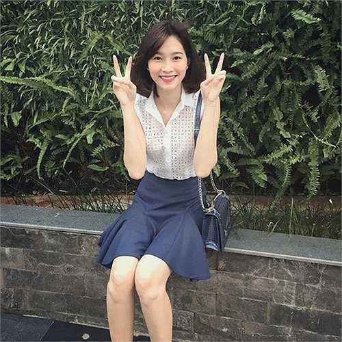 Hoa hậu Đặng Thu Thảo được coi là tay chơi hàng hiệu kín tiếng trong showbiz Việt. Cô sở hữu nhiều món đồ đắt giá. Trong ảnh, người đẹp Bạc Liêu sử dụng chiếc túi được coi là 'siêu phẩm' của Dior có giá không hề rẻ - 74 triệu cho đến 140 triệu đồng - tùy màu sắc và kích cỡ