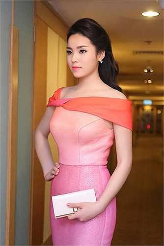 Sau khi đăng quang Hoa hậu Việt Nam 2014 - Kỳ Duyên cũng lao vào cuộc đua hàng hiệu ở showbiz Việt. Trong ảnh, người đẹp sử dụng chiếc ví Salvatore Ferragamo có giá 12 triệu đồng