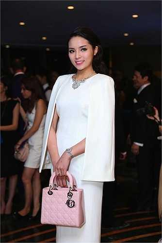 Cô sinh viên Ngoại Thương không thể ngó lơ chiếc túi Lady Dior tuyệt đẹp và được nhiều sao Việt ưa thích