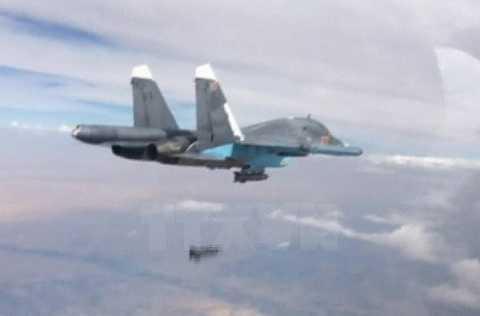 Máy bay chiến đấu Su-34 của Nga thả bom oanh tạc các mục tiêu IS tại Syria