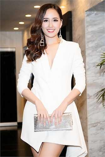 Cô kết hợp thiết kế tinh tế này với clutch màu bạc của Dior.