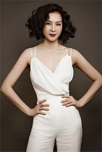 MC Thanh Mai sở hữu bờ vai mềm gợi cảm. Người đẹp mặn mà với phong cách trang điểm tinh tế, nhẹ nhàng.
