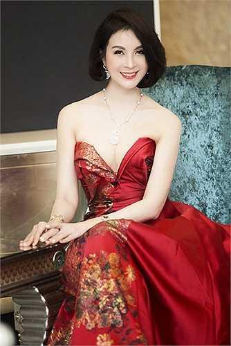 Không thể rời mắt khỏi vẻ đẹp của MC Thanh Mai.