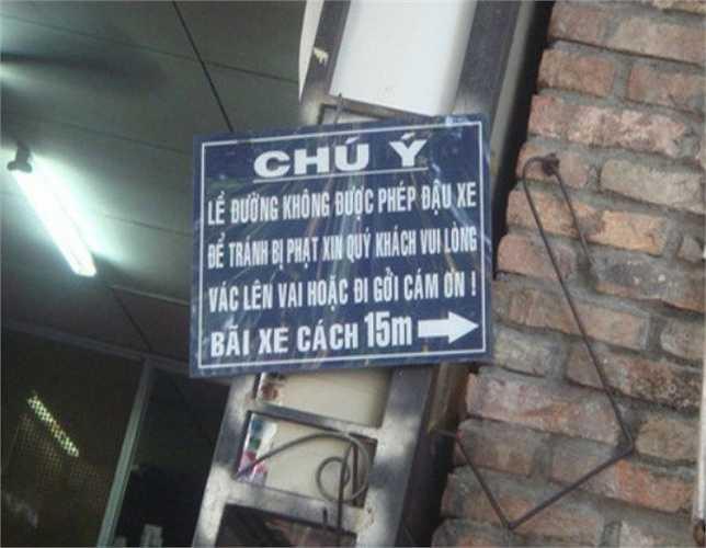 Tấm biển thông báo như 'thách đố' khách hàng hoặc vác xe lên vai hoặc đi gửi xe vì lề đường không được phép đậu xe.