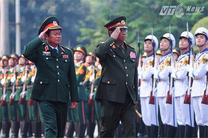 Đại tướng Đỗ Bá Tỵ và Trung tướng Suvon Luongbunmi duyệt đội danh dự Quân đội Nhân dân Việt Nam