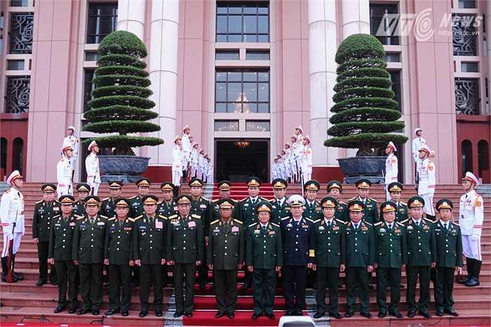 Hai đoàn chụp ảnh chung trước trụ sở Bộ Quốc phòng Việt Nam