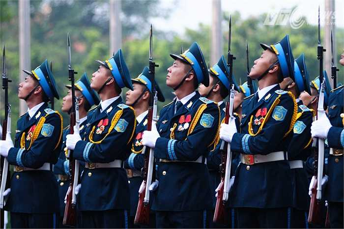 Các thành viên đội danh dự trong lễ chào cờ