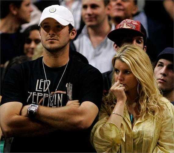 Cầu thủ bóng đá người Mỹ, Tony Romo, tặng du thuyền cho ca sỹ Jessica Simpson trị giá 100 nghìn USD.  (Nguồn: Dân Việt)