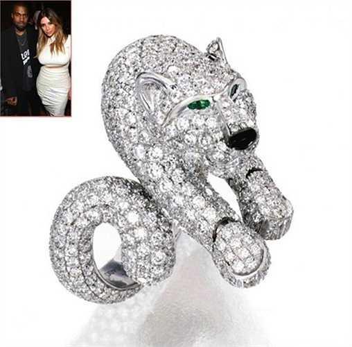 Nhân dịp Valentine, Kanye West đã tặng Kim Kardashian chiếc vòng tay hiệu Panthere De Cartier Cuff trị giá 70 nghìn USD. Chiếc vòng là một thiết kế độc nhất vô nhị, được làm từ kim cương, vàng, ngọc lục bảo và mã não.