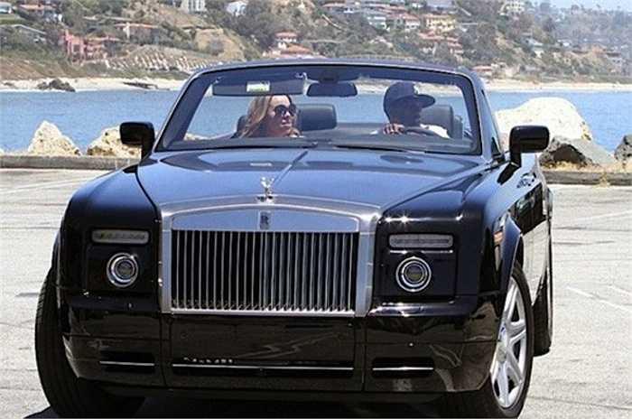 Rapper kiêm danh hài Nick Cannon tặng cho vợ Mariah Carey một chiếc Rolls Royce Phantom trị giá 400 nghìn USD để bày tỏ tình cảm của mình với nữ diva.