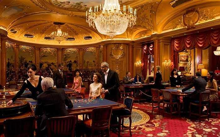 Ritz Club. Câu lạc bộ cờ bạc này được coi là 'thánh địa biệt lập' của giới đại gia London khi những vị khách đến đây đều là khách quen và không phục vụ khách lạ. Phong cách phục vụ hàng đầu thế giới và gần như trong nhiều năm hoạt động, chưa có bất kỳ lời phàn nàn nào về Ritz Club