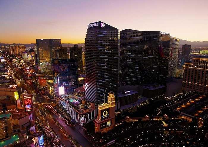 The Cosmopolitan. 'Thủ phủ' của Las Vegas đi lên từ một hộp đêm. Sòng bạc khổng lồ này rộng khoảng hơn 3.000m2 và cung cấp nhiều trò chơi cờ bạc. Khách đến đây thường lựa chọn bàn VIP để được hưởng các dịch vụ 'trên trời' dành cho các 'thượng đế' theo đúng nghĩa đen