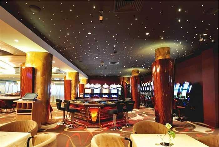 Casino du Liban là sòng bạc hiện đang được chính phủ Lebanon cho phép độc quyền khai thác lĩnh vực này. Các chính trị gia cũng có thể đến đây và khách chơi bài phải chứng minh thu nhập trên 33.000 USD/ năm mới được tham gia