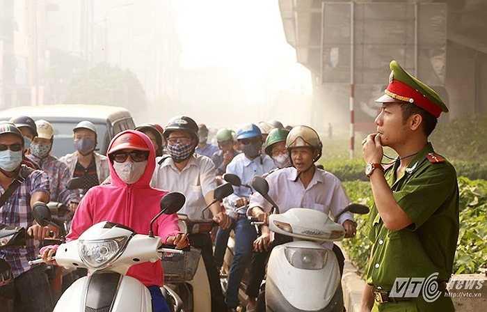 Theo chỉ thị của Giám đốc Công an thành phố Hà Nội, từ nay đến hết ngày 28/2/2016 (sau Tết Nguyên đán), 200 cảnh sát cơ động, 100% quân số cảnh sát giao thông, trật tự, công an phường được huy động phối hợp với các lực lượng khác để đảm bảo an toàn giao thông, chống ùn tắc vào giờ cao điểm.