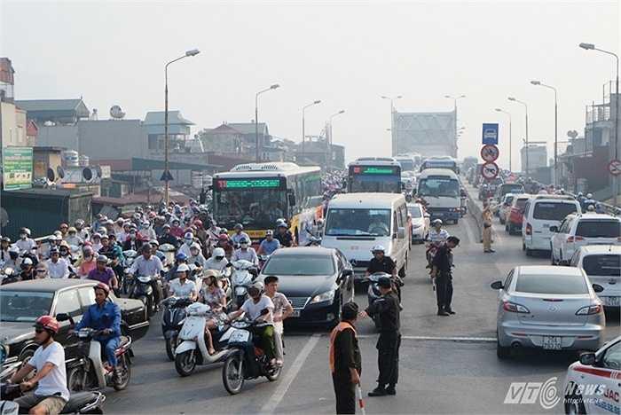 Từ 6h30 sáng 19/10 tại các nút giao thông thường xuyên xảy ra ùn tắc đã có thêm cảnh sát trật tự, cảnh sát cơ động tới điều tiết giao thông.