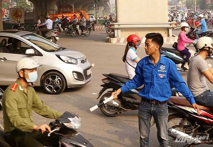 Đội ngũ thanh niên tình nguyện tham gia phân luồng chống ùn tắc giao thông.