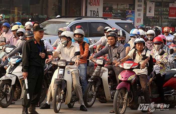 Việc huy động thêm hàng trăm cán bộ chiên sĩ xuống đường điều tiết giao thông đã giúp giao thông thủ đô sáng nay trật tự hơn.