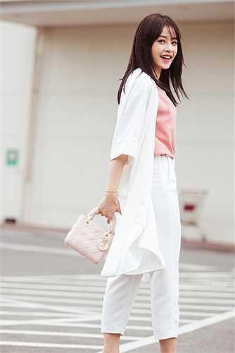 Nữ diễn viên khéo léo kết hợp túi Lady Dior và giày cao gót cùng tông trang phục tạo sự trang nhã đồng bộ cho set đồ.