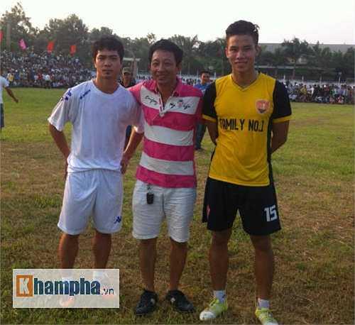 Công Phượng và Quế Ngọc Hải về Đô Lương thi đấu giao hữu để làm từ thiện. Công Phượng trong màu áo FC Đô Lương, còn Quế Ngọc Hải trong màu áo Family No1.